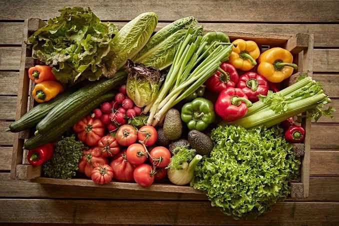 Alimentos orgânicos dentro de uma cesta